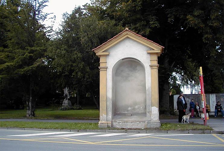 Kaplička před hřbitovem - 26. zastavení, obsahuje nápis Rosa Mystica - Růže Tajemná foto: RNDr. Aleš Střecha